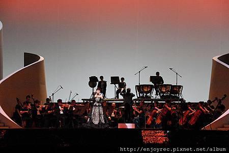 江蕙國際級演出氣勢磅礡 百名音樂家齊聚<鏡花水月>舞台 歌迷大合唱聲勢驚人
