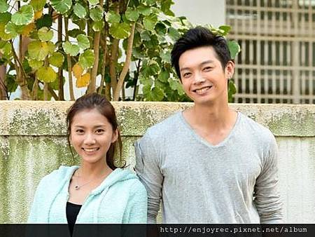 豆花妹(蔡黃汝)和辰亦儒(右)主演《我愛幸運七》。(圖/華視)