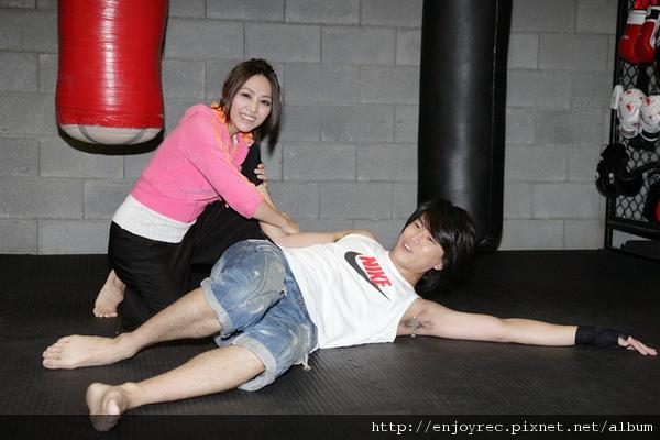 吳亦帆發片昔日同窗戰友一起來練拳練體力反被摔倒在地