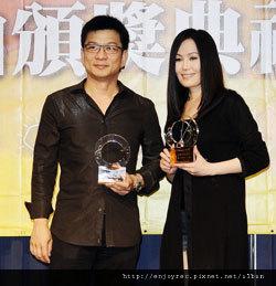 江蕙(右)昨帥氣出席典禮,開心說,拿專輯獎是對工作團隊的肯定。圖左為陳子鴻