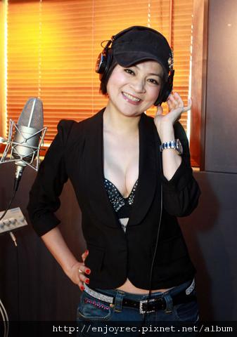 王彩樺錄音殺青,開心慶生,穿上喜歡音樂送的閃亮內衣招好運!
