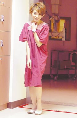 戴佩妮下樓踩空跌倒,到醫院照X光檢查。(黃柏榮攝)