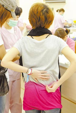 戴佩妮跌傷背部,靠冰敷鎮定疼痛,還得觀察3天。(黃柏榮攝)