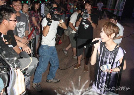 戴佩妮為台灣啤酒節獻唱_新浪網