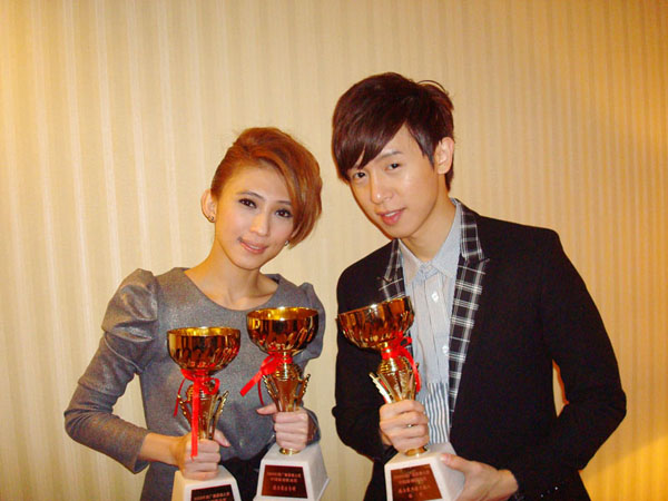 戴佩妮方炯鑌師姐弟同台獲獎