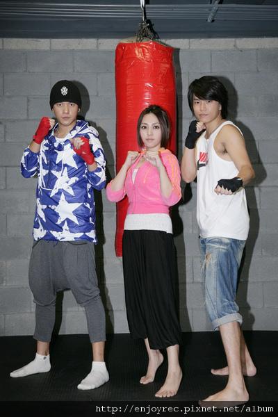 吳亦帆發片昔日同窗戰友一起來練拳練體力