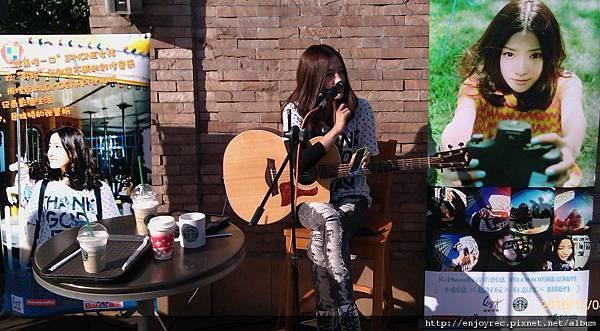 張萱妍上海發片 一杯咖啡一把吉他享午後陽光