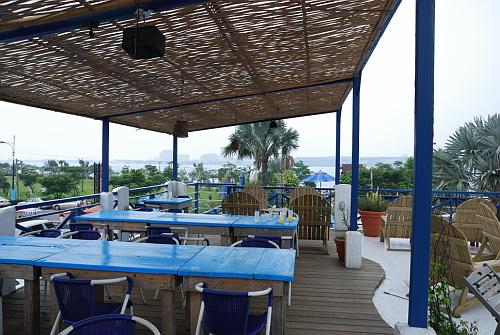 餐廳樓上可以眺望淡水河口及對岸的漁人碼頭