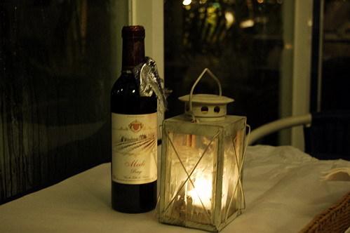每個桌上都有一瓶酒跟蠋台,當然裡面有蠟蠋囉