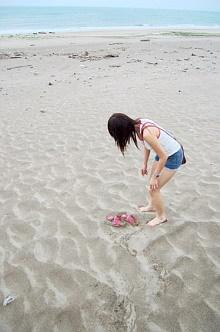 到了海邊當然要踩踩沙子囉