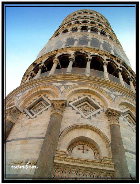 被美麗大理石柱包圍的斜塔