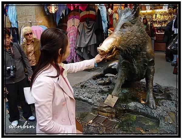 野豬銅像許願