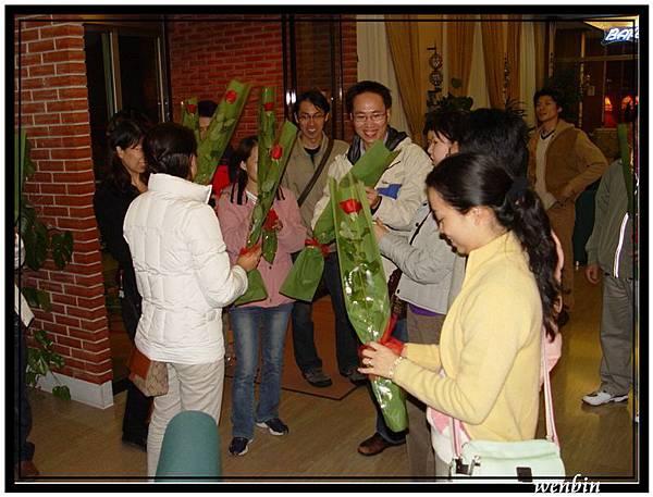 領隊送女士一朵玫瑰