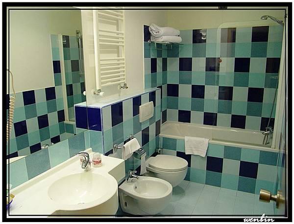 飯店房間的浴室一角