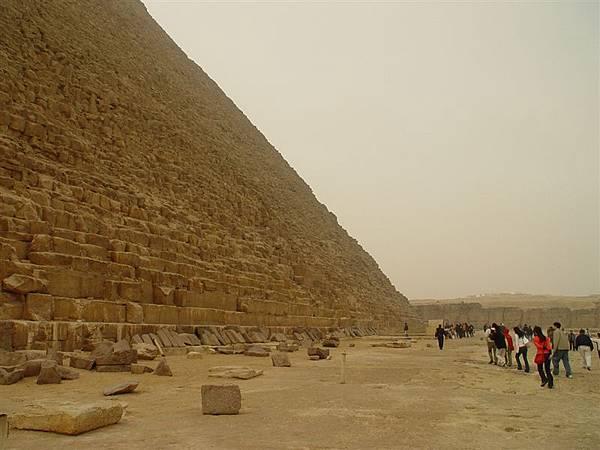 大家在排隊準備進入金字塔