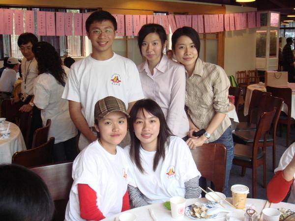 與職涯志工大毛妹與資工系學妹合照