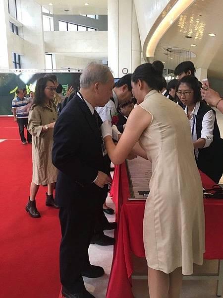 【圖二】親善大使幫助貴賓別上胸花.jpg