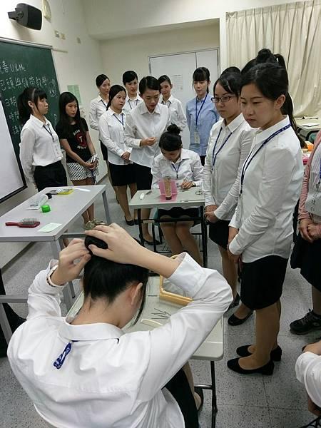 【圖一】汶儀學姊針對髮量多寡進行包頭教學。.jpg