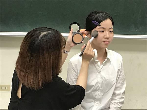 【圖一】彩妝模特示範。.jpg