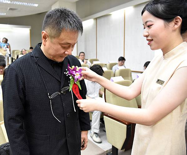 【圖二】親善大使為受獎者別胸花。.jpg