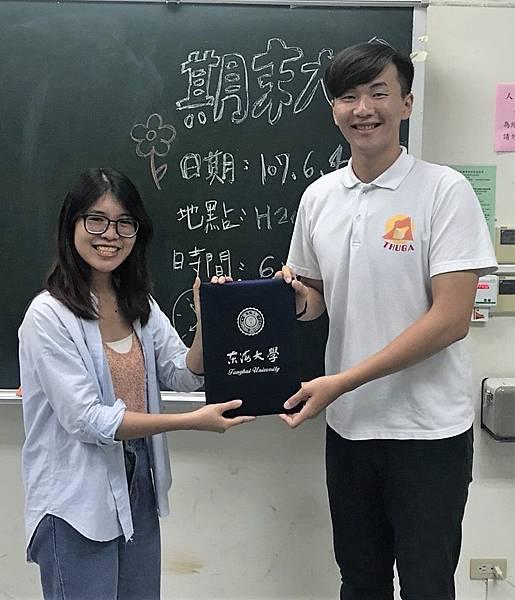 【圖二】老師頒發感謝狀給13屆幹部.jpg