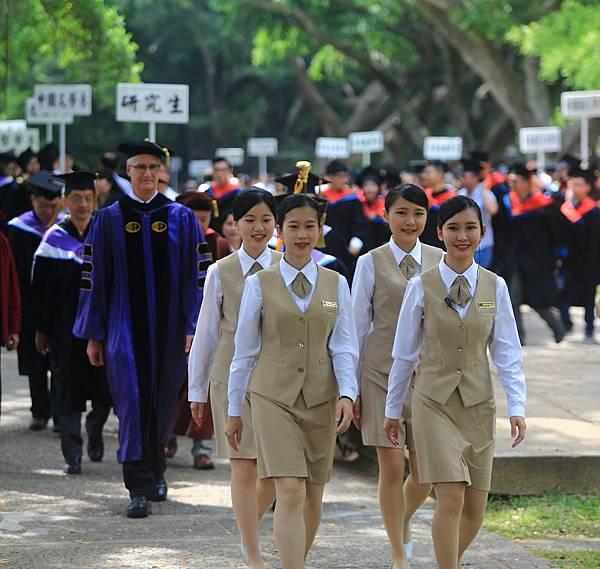 【圖一】前導人員帶領畢業生至會場。.jpg