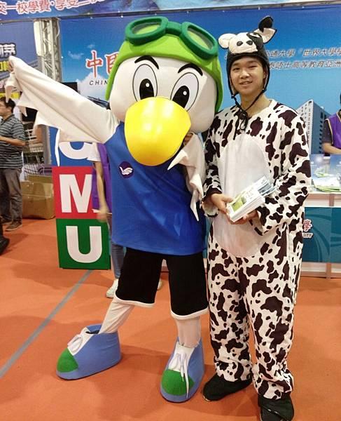 【圖三】本校吉祥物乳牛與國立海洋大學吉祥物合影.jpg