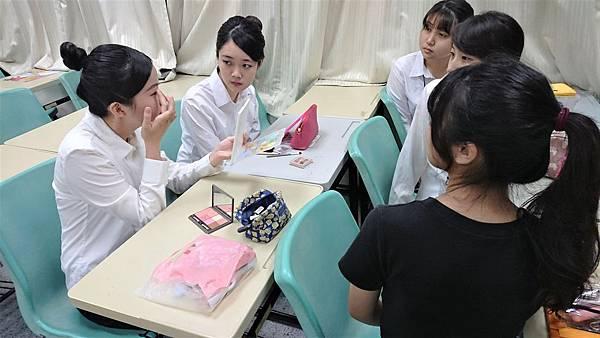 【圖三】團員們教學彩妝技巧。.jpg