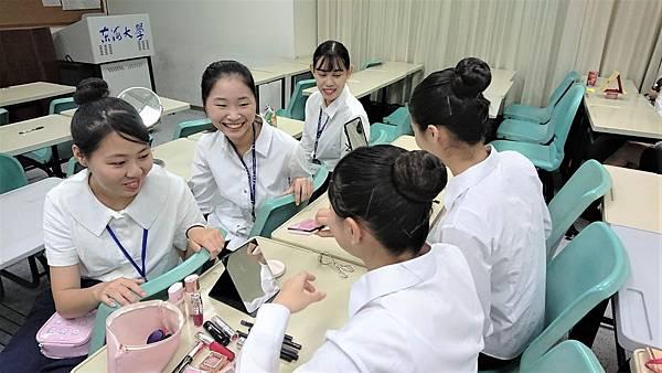 【圖二】團員們介紹彩妝產品。.jpg