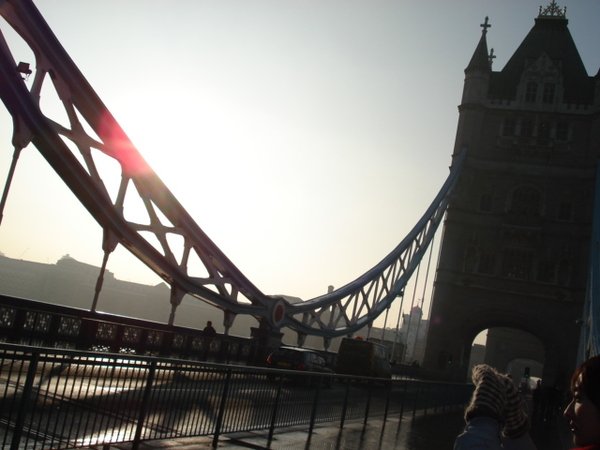 塔橋會不定時升起,讓豪華郵輪穿過
