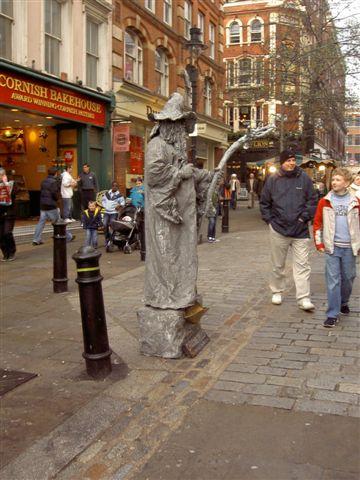 街頭藝人到處攔人惡作劇