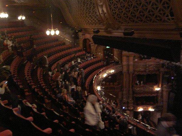 戲院裡面的閃光燈此起彼落
