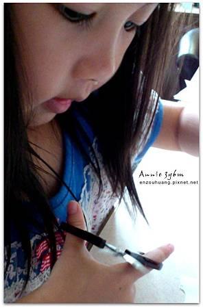 Annie 3y6m 用剪刀(1)