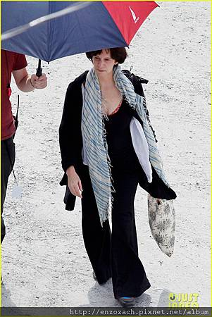 sam-claflin-jena-malone-hunger-games-catching-fire-set-08