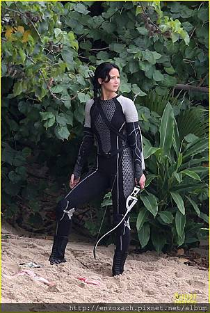 jennifer-lawrence-fish-eating-on-hunger-games-set-08