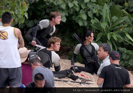 jennifer-lawrence-fish-eating-on-hunger-games-set-26-1