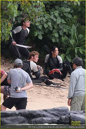 jennifer-lawrence-fish-eating-on-hunger-games-set-19