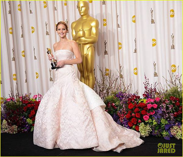 jennifer-lawrence-oscars-press-room-photos-2013-01