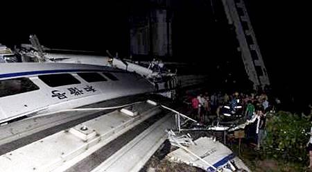 動車「和諧號」溫州撞車車廂脫軌墜落橋下.jpg