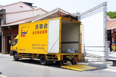 專門長途載運三輪車前往拍攝地點的小型貨櫃車.jpg