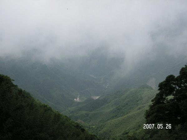 從宇老遠眺山下的秀巒