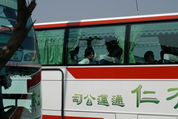 才剛到球場就看到日本隊的遊覽車