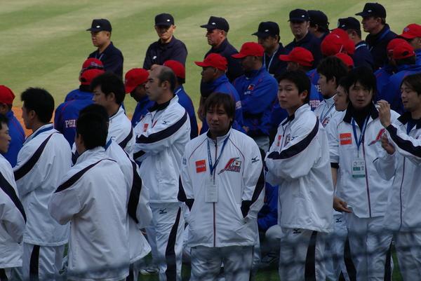 中間兩位是里崎智也與新井貴浩