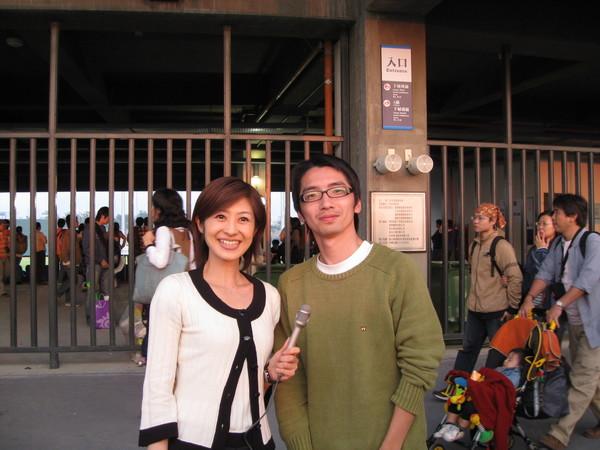 與日本女記者合照XDXD