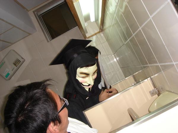 上廁所忽然遇到V怪客!!!