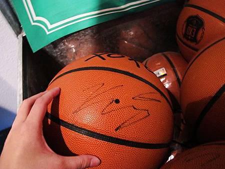 KRIS簽名籃球