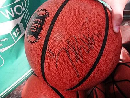 LUHAN簽名籃球