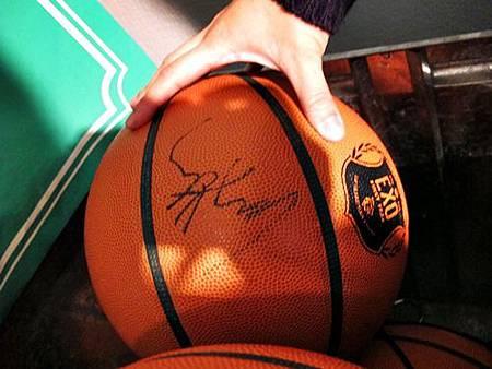 EXO簽名籃球
