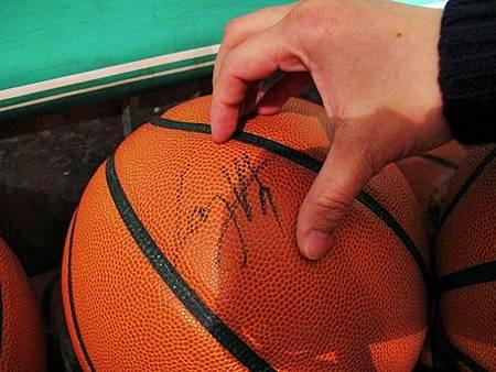 LAY簽名籃球