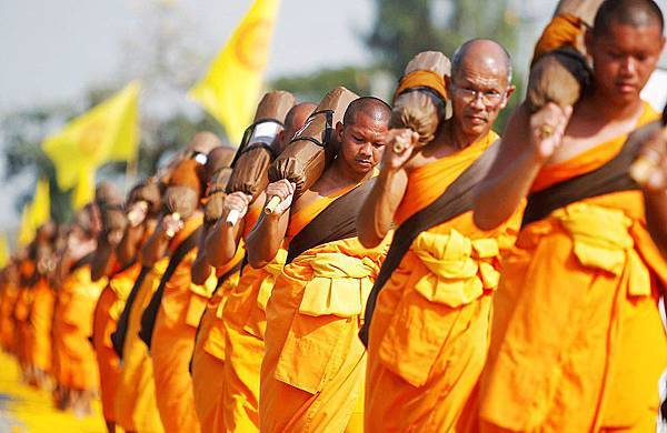 reuters_Bangkok_Buddhist_monks_04jan13_975.jpg